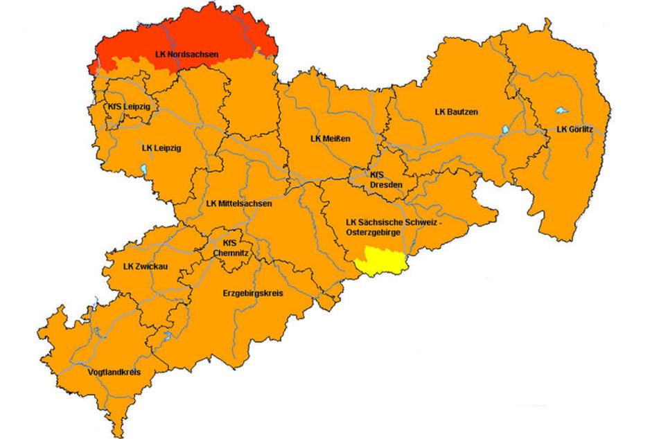 Die Karte vom 28. März zeigt die erhöhte Waldbrandgefahr in Sachsen. Im roten Bereich gilt die Warnstufe 4, in den orange gefärbten Landkreisen und Städten gilt Warnstufe 3.