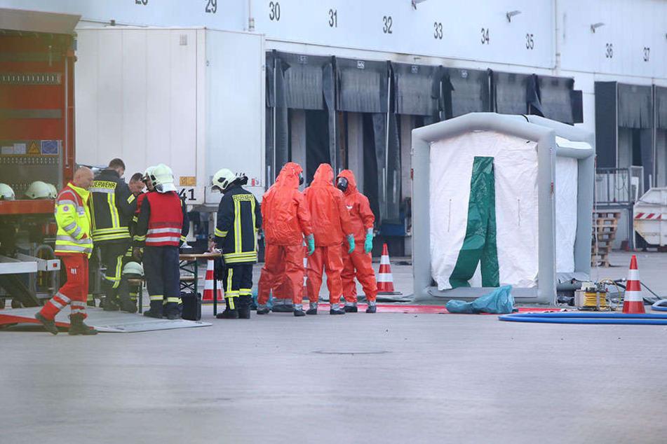 Die Kameraden der Feuerwehr in Schutzmontur.