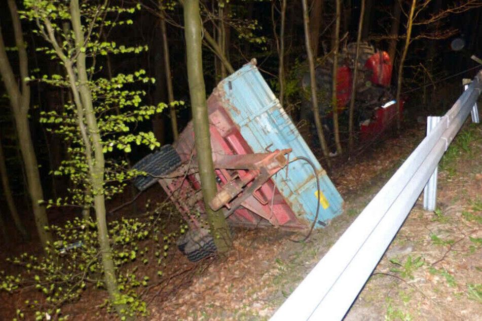 Zur Bergung von Traktor und Anhänger musste ein Kran-Unternehmen beauftragt werden.