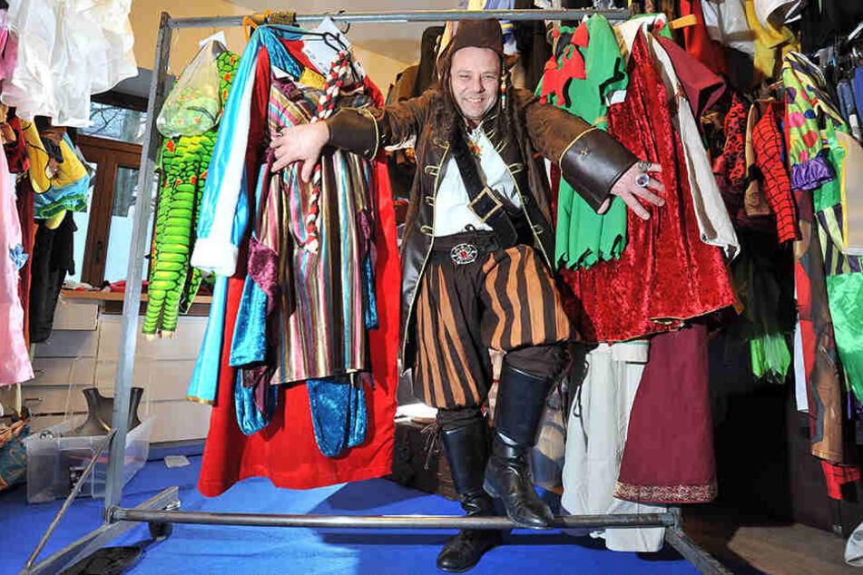 Hier wird jeder fündig: Michael Schreinert (49) hält Hunderte Kostüme bereit.