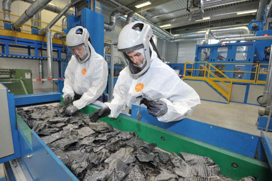 Im neuen Zentrum für textilen Leichtbau verarbeiten Clemens Scheibe (22) und Franz Günther (26) mit Carbonabfälle.