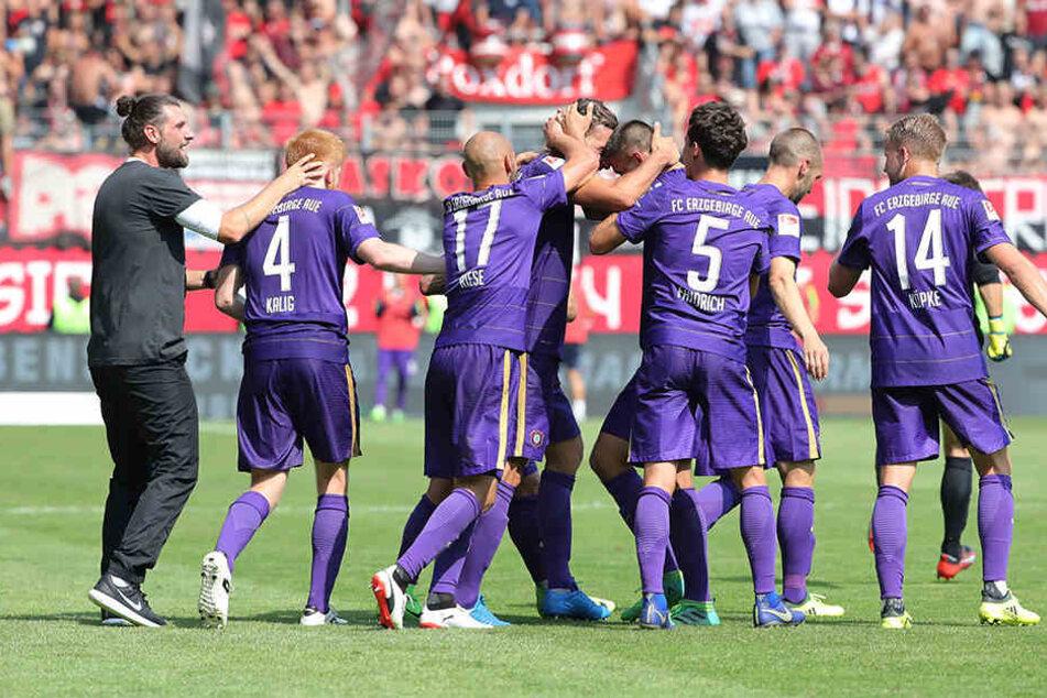 Robin Lenk (l.) und die Mannschaft - das passt offenbar. Nach dem Sieg gegen Nürnberg bedankte sich der Interimstrainer bei seinen Spielern.