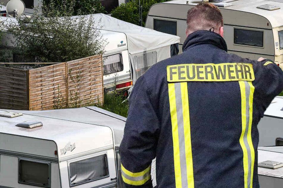 Die Feuerwehr fand nach den Löscharbeiten eine Leiche. (Symbolbild)