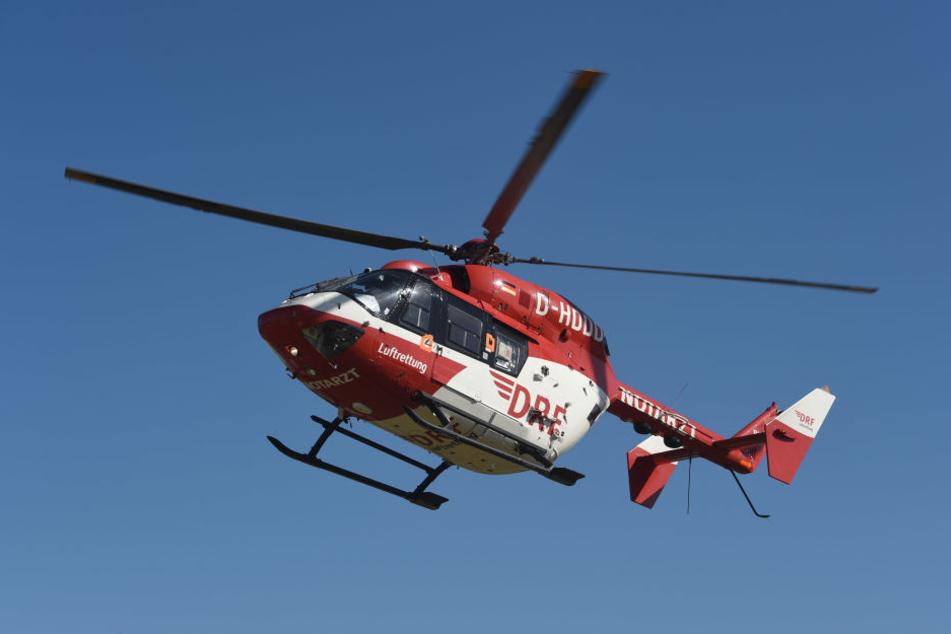 Der schwer verletzte Fahrer wurde per Rettungshubschrauber in eine Klinik gebracht. Für die Beifahrerin kam jede Hilfe zu spät. (Symbolbild)