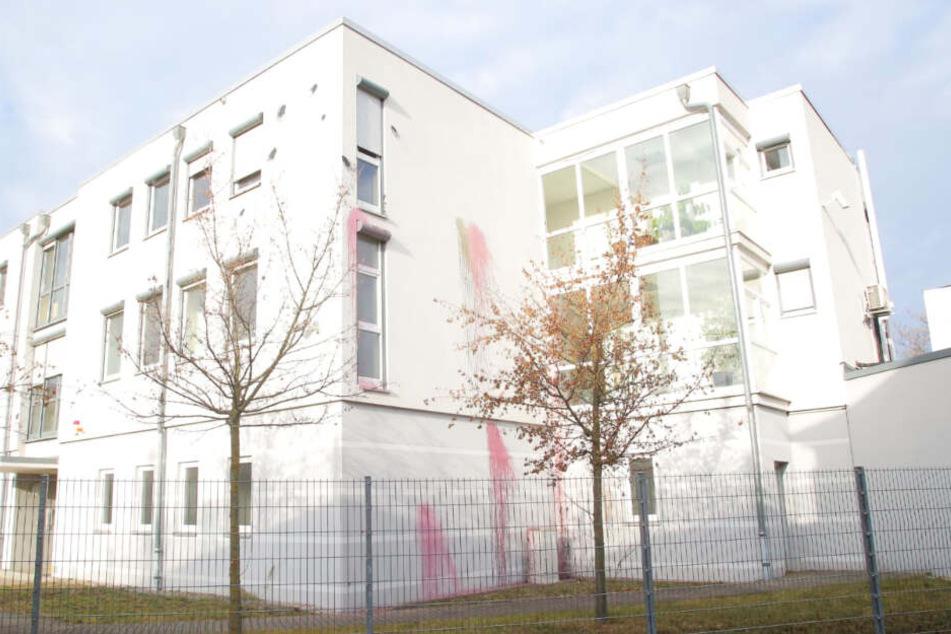 Ebenso wurde ein Bürogebäude auf der Lößnitzstraße mit Farbe beworfen.