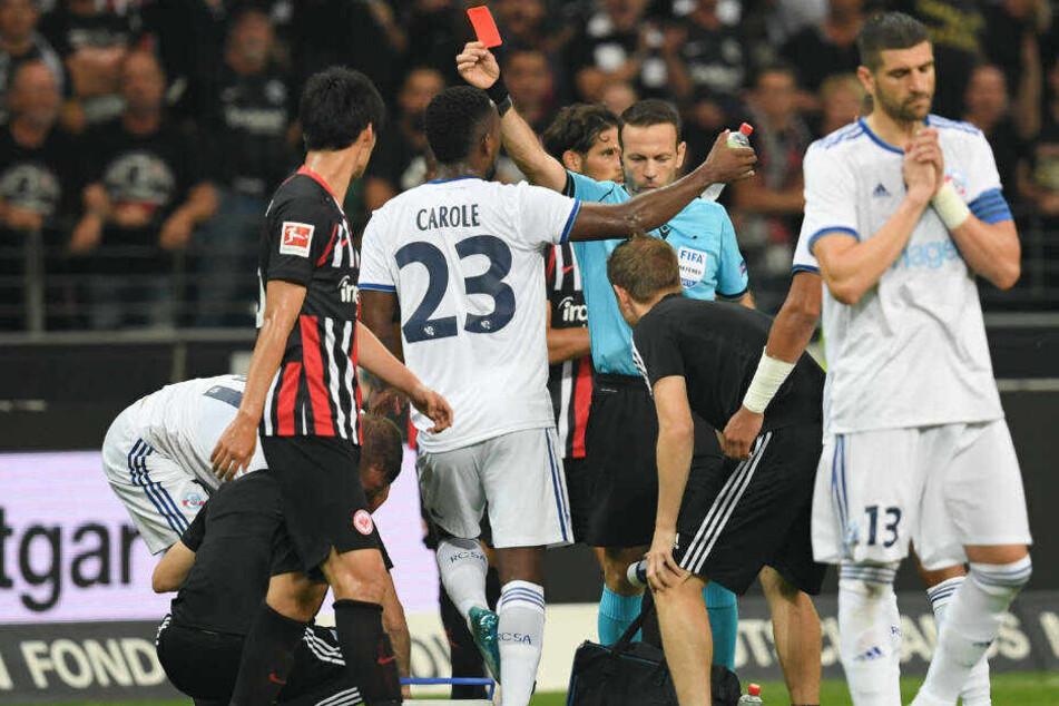 Schiedsrichter Orel Grinfeld (M) zeigt Straßburgs Dimitri Lienard (links verdeckt) die Rote Karte.