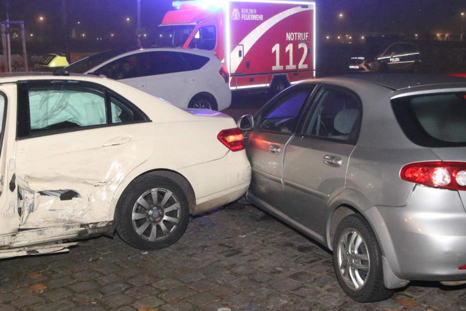 Durch die Wucht des Aufpralls wurde das Mercedes-Taxi gegen dieses geparkte Auto geschleudert.