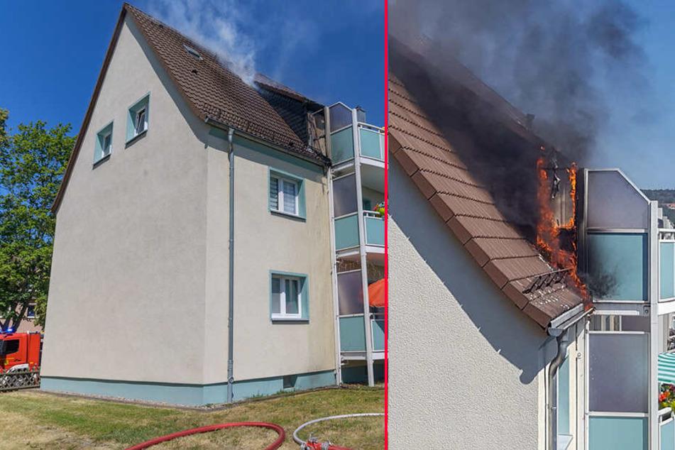 Dachstuhl und Balkon in Flammen: Feuerwehr-Einsatz in Mehrfamilienhaus