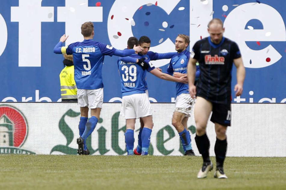 Während die Rostocker ihre Treffer feierten, ließen die Paderborner die Köpfe hängen.