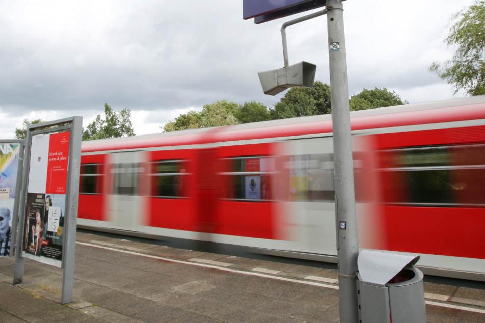 Die Polizei sucht nun mit Bildern der Überwachungskamera in der S-Bahn nach dem Mann. (Symbolbild)