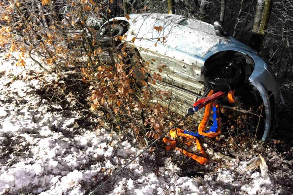 Glück im Unglück: Die Bäume verhinderten, dass der Wagen einen steilen Hang hinunter rutschte.