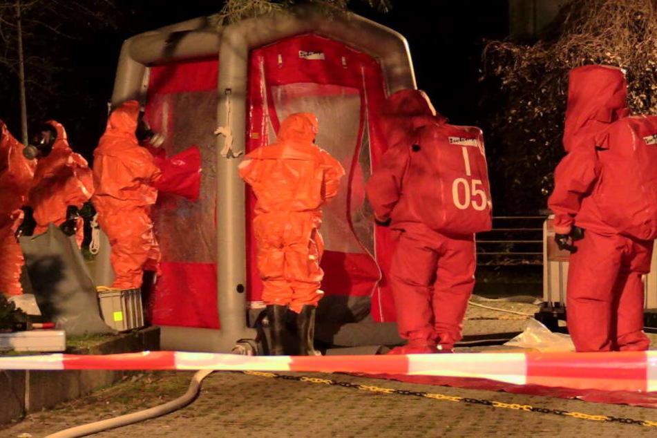 Die Feuerwehr sicherte sich mit den Schutzanzügen ab.