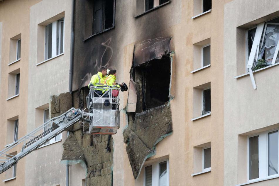 Ermittler schauen sich die zerstörte Wohnung über eine Drehleiter von außen an. Noch immer ist nicht geklärt, ob der Mieter selbst für die Explosion verantwortlich ist.