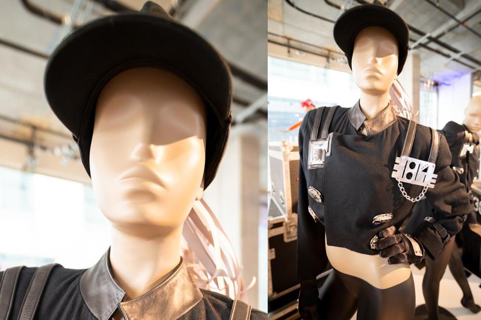 Ein schwarzes Outfit im Militärstil, das die Sängerin 1990 auf ihrer Rhythm Nation Tour trug, steht im Ausstellungsbereich des Auktionshaus Julien's Auctions. Das Outfit kam am 14. Mai für mehr als 81.000 Dollar (knapp 67.000 Euro) unter den Hammer, das Zwanzigfache des Schätzpreises.