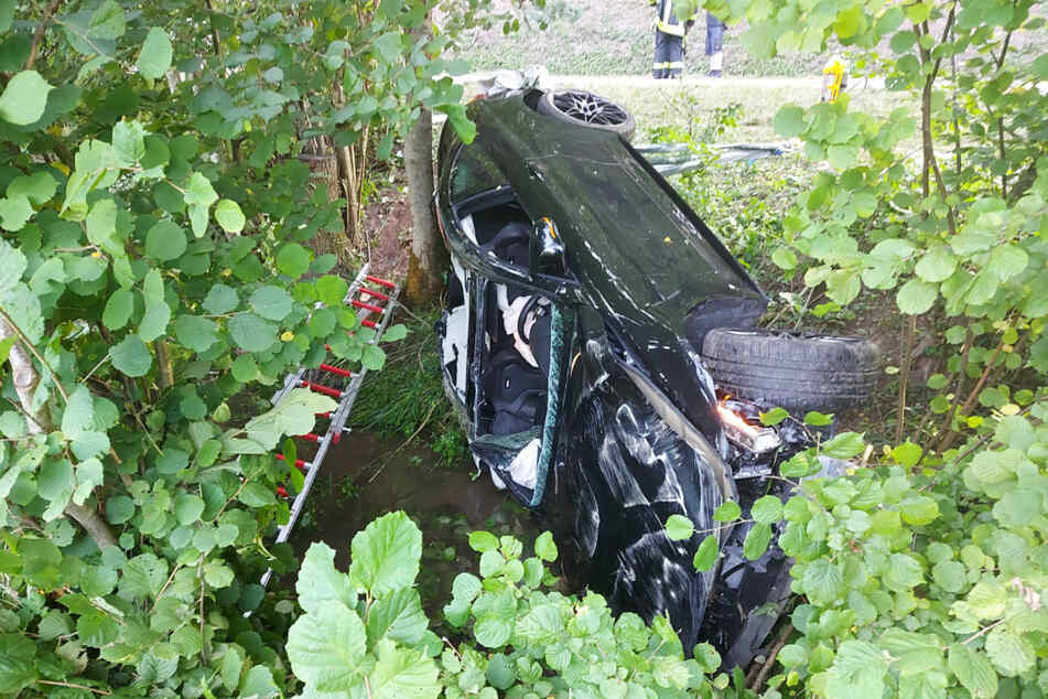 Die Feuerwehr musste den Fahrer aus seinem BMW befreien.