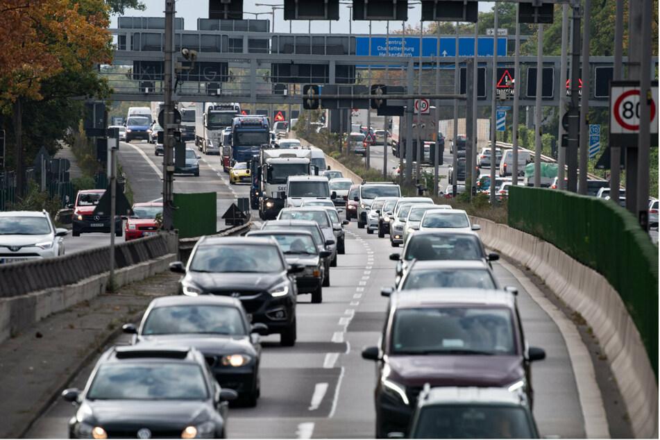 Der 28-Jährige war mit 130 Kilometern pro Stunde bei erlaubten 80 auf der Stadtautobahn in Charlottenburg unterwegs. (Archivbild)