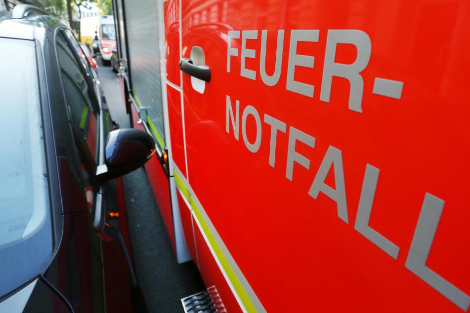 Ein Feuerwehrfahrzeug im Einsatz (Symbolbild)