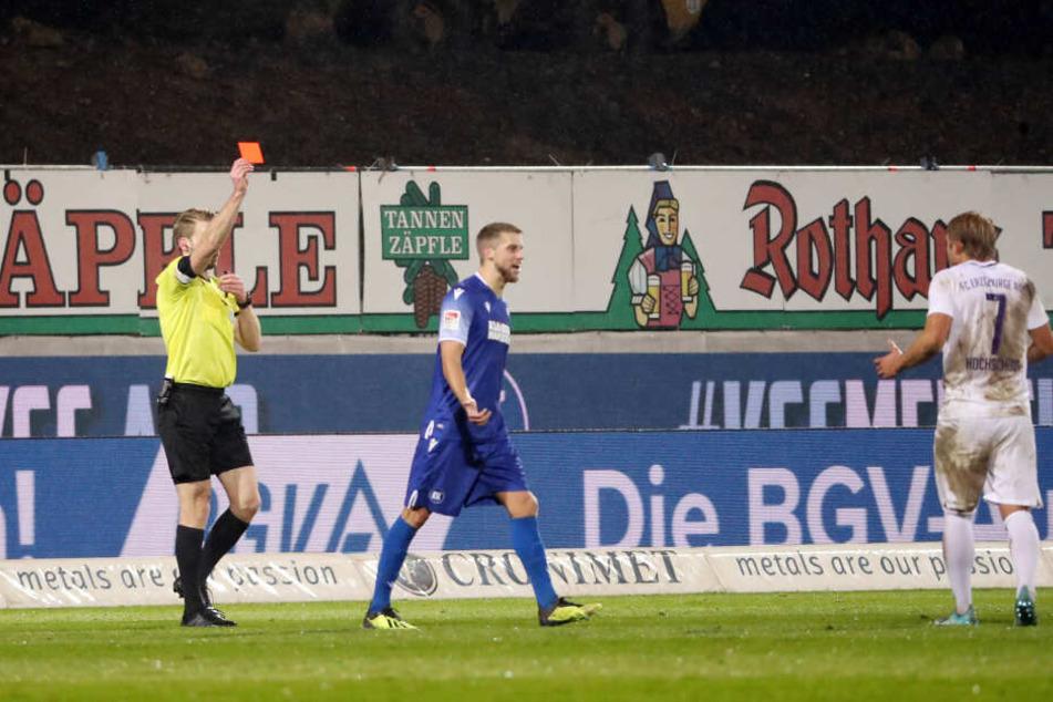 Rot! Schiri Sven Waschitzki (l.) schickte Jan Hochscheidt in Karlsruhe noch vor der Pause vom Platz.