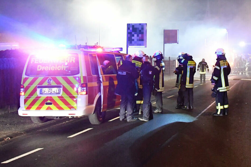 Das Foto zeigt Einsatzkräfte von Polizei und Feuerwehr.