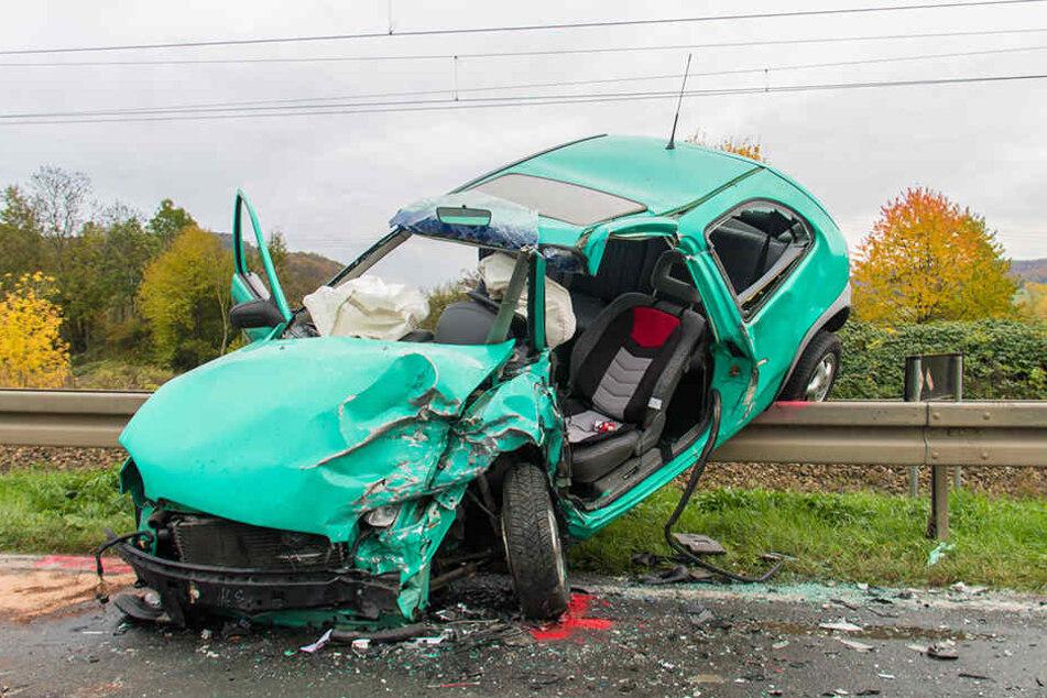 Der Opel Corsa wurde durch die Wucht auf die Leitplanke geschleudert.