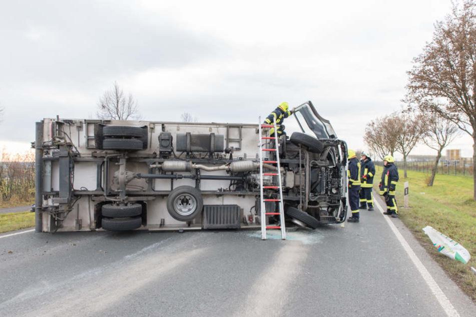 Nachdem der LKW umgekippt ist, rutschte er noch einige Meter über die Straße.