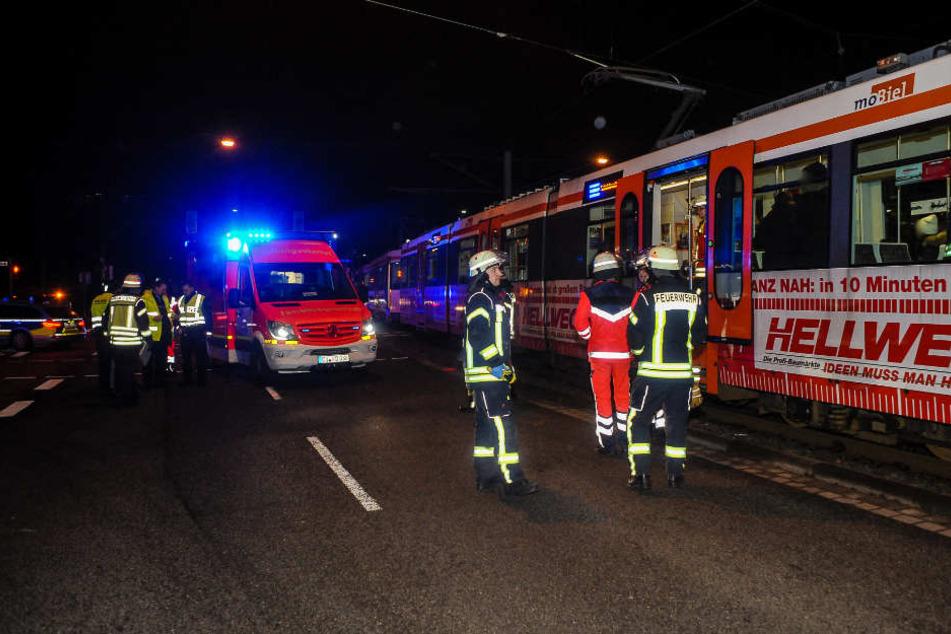 Die Feuerwehr und Notarzt versorgten die verletzte Person am Unfallort.