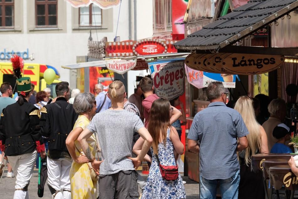 Besucher des Freiberger Bergstadtsommer auf dem Marktplatz. Im Vorfeld des Volksfestes hat sich die Stadt vergeblich vor Gericht gegen Corona-Auflagen gewehrt.