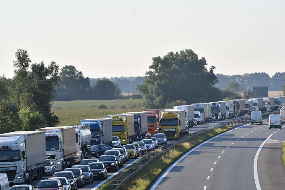 Dicht an dicht stehen Fahrzeuge an der Autobahnausfahrt Neuruppin (A24) nach einem Salpetersäure-Unglück am Rasthof Walsleben.