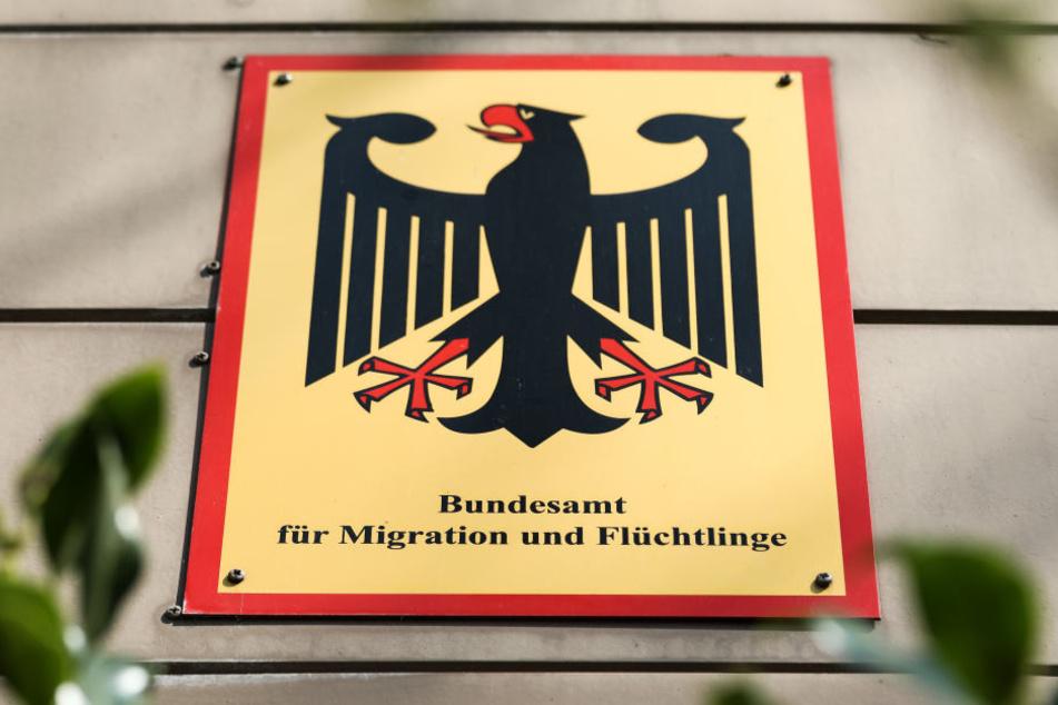 Ein Schild an der Außenstelle des Bundesamtes für Migration und Flüchtlinge.