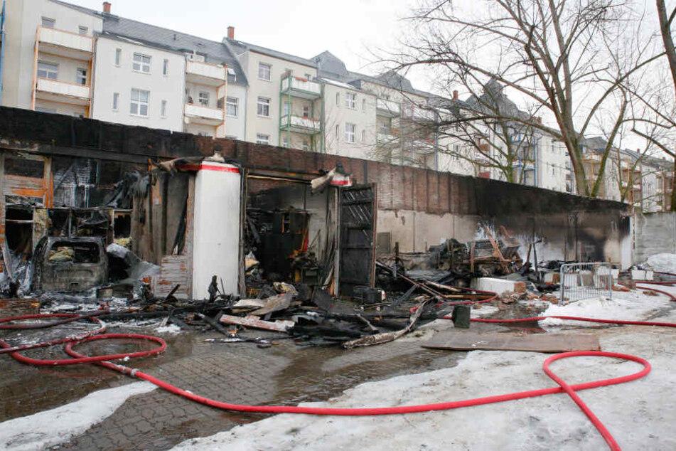 Die Kriminalpolizei untersucht am Freitagmorgen den Brandort.
