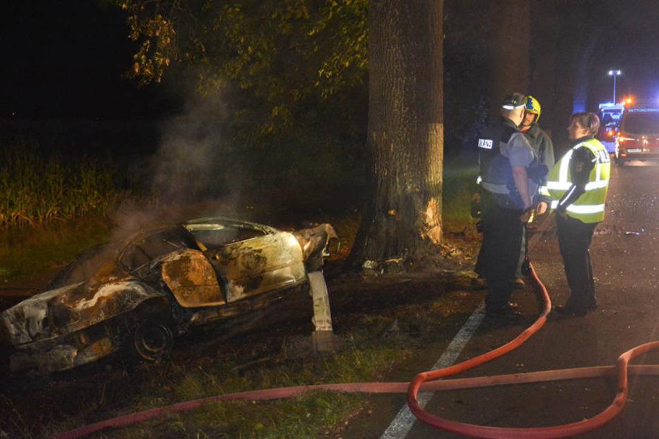Der Fahrer verbrannte bis zur Unkenntlichkeit in seinem Auto.