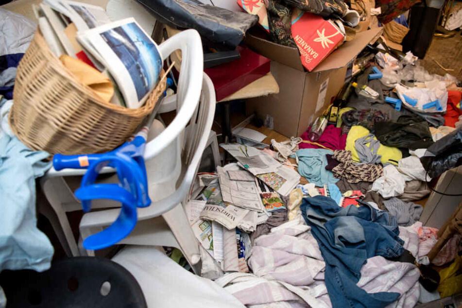 Müll liegt in einem Messie-Haushalt herum. (Symbolbild)