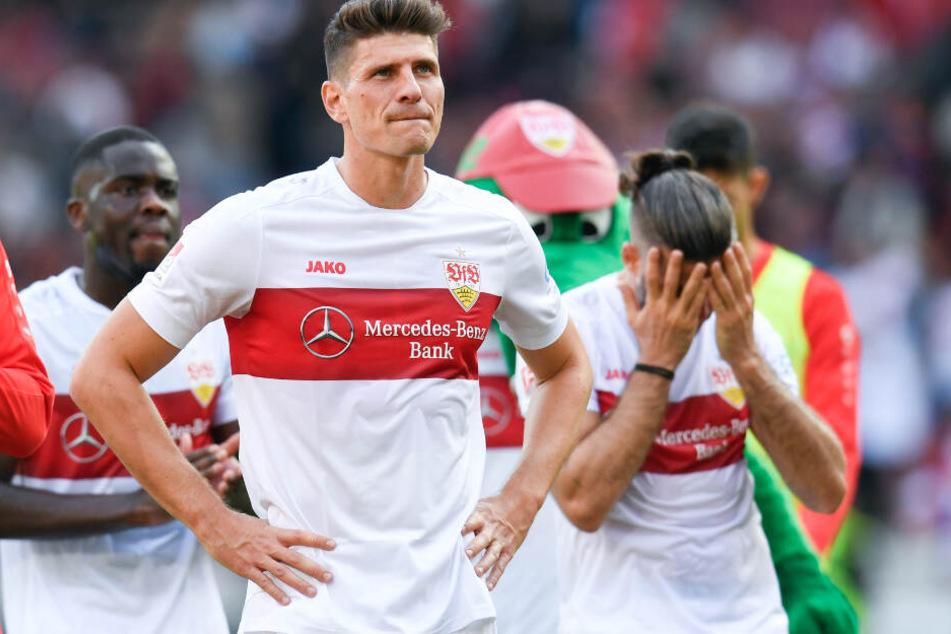 Wären wahrscheinlich am liebsten im Boden versunken: Orel Mangala (l.), Mario Gomez (M), Emiliano Insua (r) vom VfB Stuttgart nach der Pleite gegen Kiel.