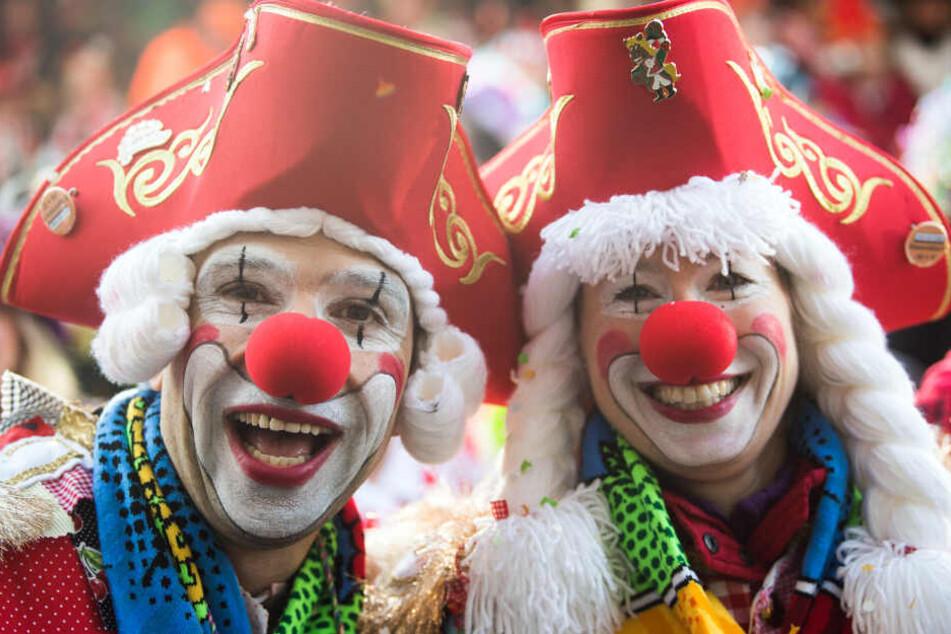 Karnevalisten feiern an Weiberfastnacht in Köln.