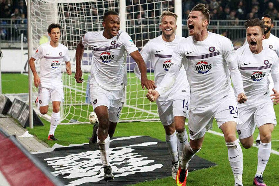 Nach seinem späten Treffer gegen St. Pauli jubelt Steve Breitkreuz (Vordergrund) mit der Mannschaft.