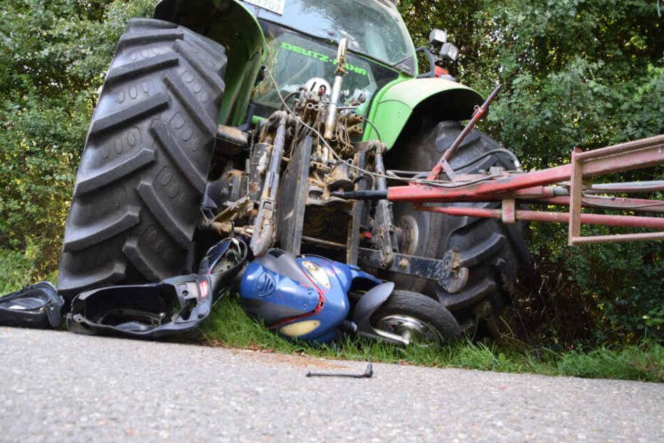 Der Roller geriet unter den Traktor.
