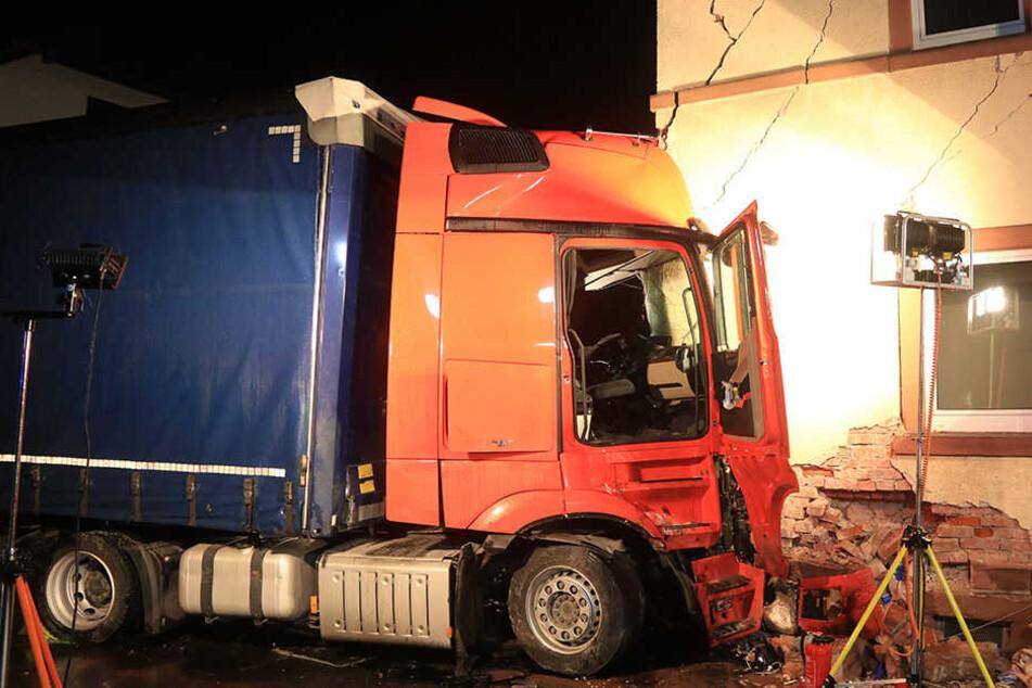 40-Tonner kracht in Wohnhaus: Fahrer stundenlang eingeklemmt