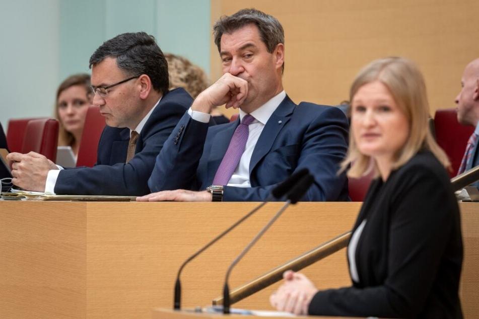 Markus Söder (CSU, M), Ministerpräsident von Bayern, hört der Rede von Katrin Ebner-Steiner (r), stellvertretende Landesvorsitzende der AfD in Bayern, zu. Die Abgeordneten debattieren im Verlauf der Sitzung auch über die bevorstehende Europawahl.