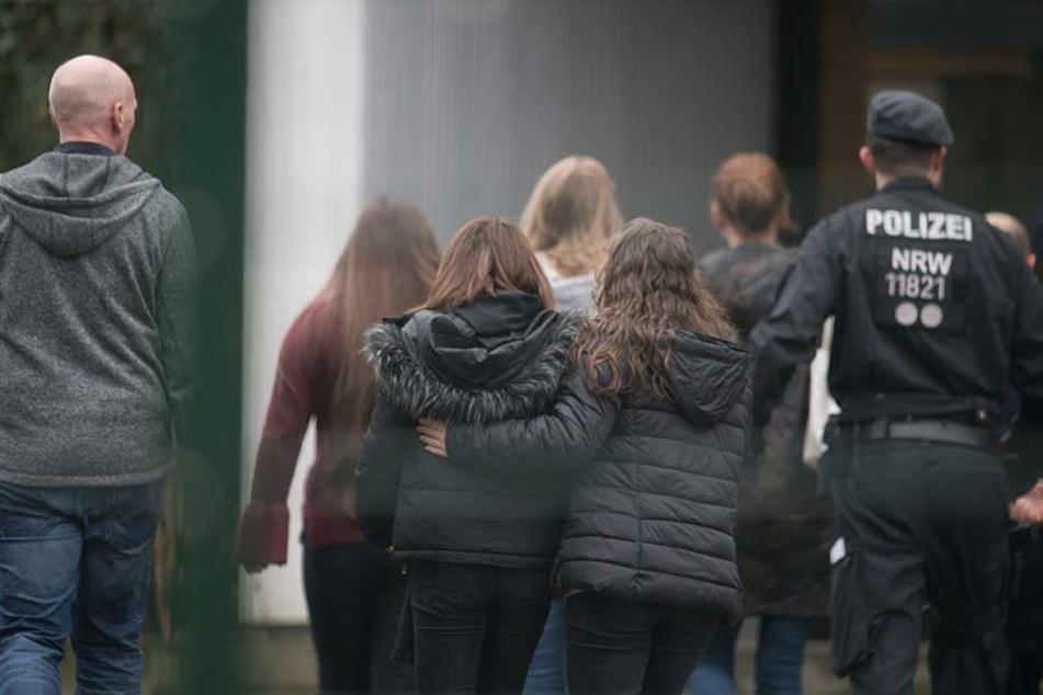 Mitschüler trösten sich nach der schrecklichen Bluttat gegenseitig.