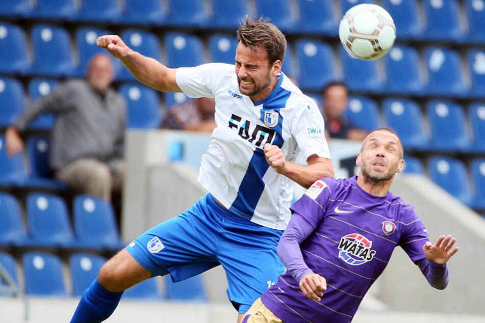 FCM-Angreifer Christian Beck überspringt den Auer Christian Tiffert. Magdeburg schlägt Aue 1:0.