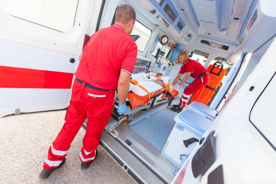 Rettungskräfte fuhren die Verletzten in ein nahegelegenes Krankenhaus. (Symbolbild)