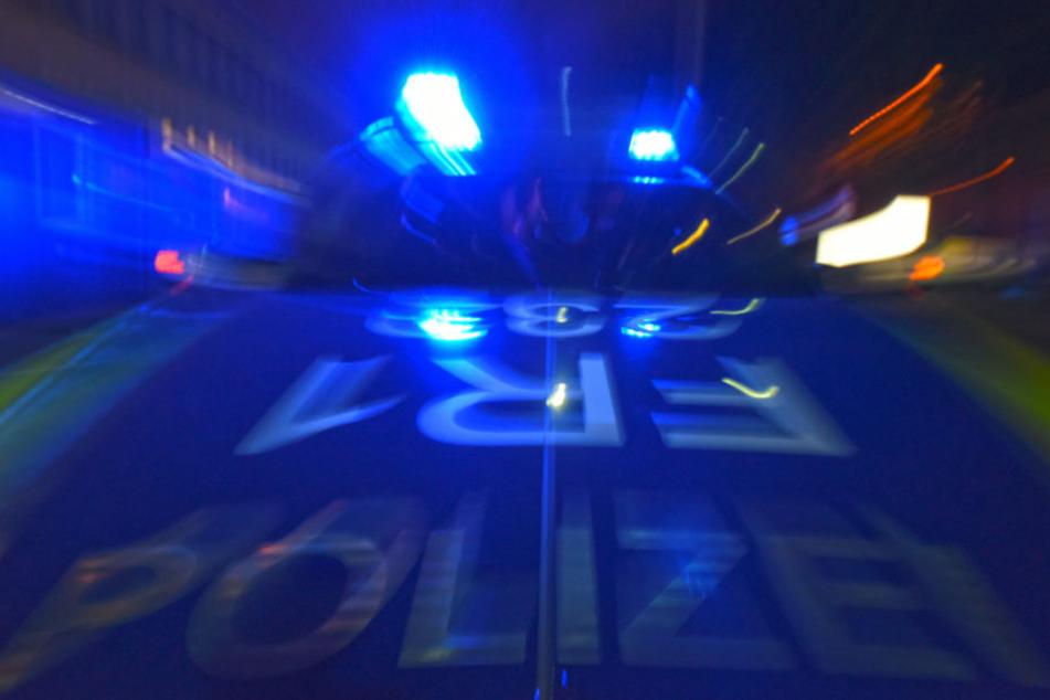 Polizei stoppt illegales Autorennen: Einem Raser gelingt die Flucht