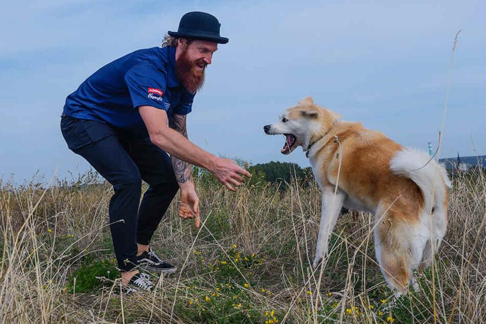 Eislöwen-Kapitän Thomas Pielmeier und seine Hundedame Lana sind ein Herz und eine Seele.