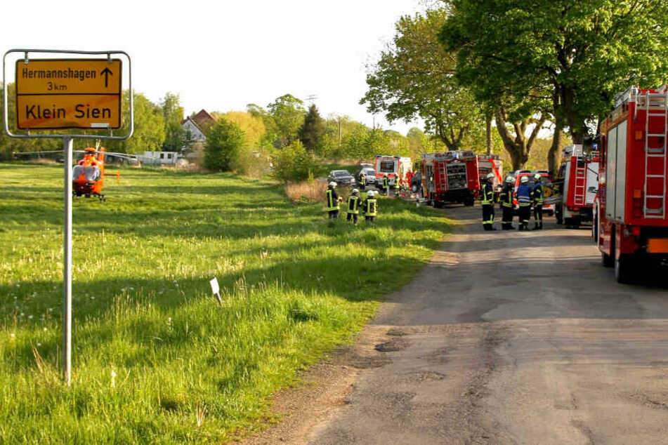 Zahlreiche Einsatzkräfte eilten mit schwerem Gerät zur Unfallstelle, um die eingeklemmte Fahrerin zu befreien.