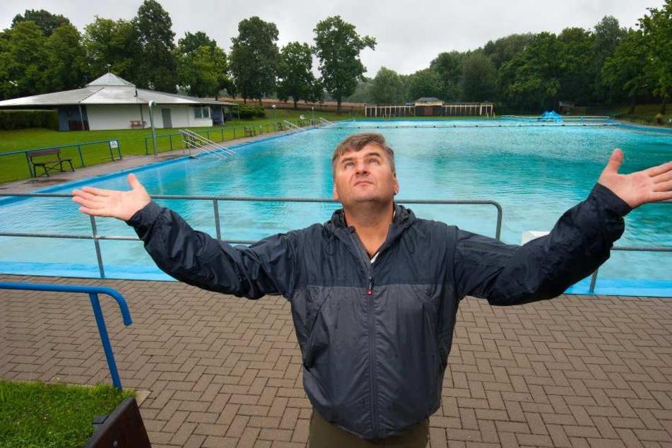 Crossens Freibad-Chef Carol Forster vor seinem leeren Bad. Das Wetter vergrault die Gäste.