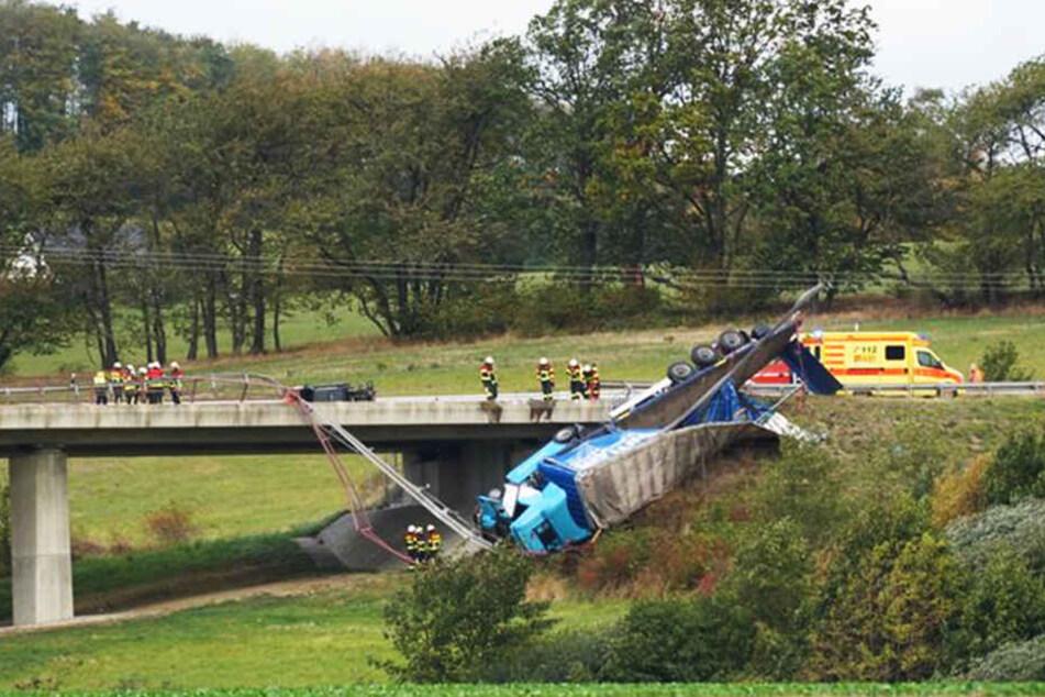 Der Lkw stürzte von der Brücke und riss etwa 100 Meter Leitplanke mit.