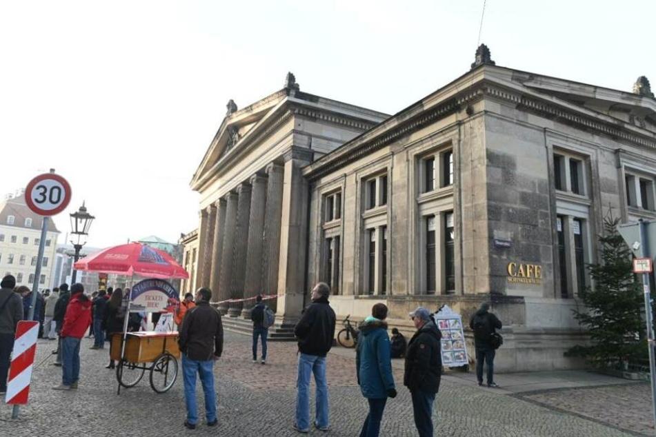 Die Schinkelwache ist nur durch die Sophienstraße vom Schloss getrennt.
