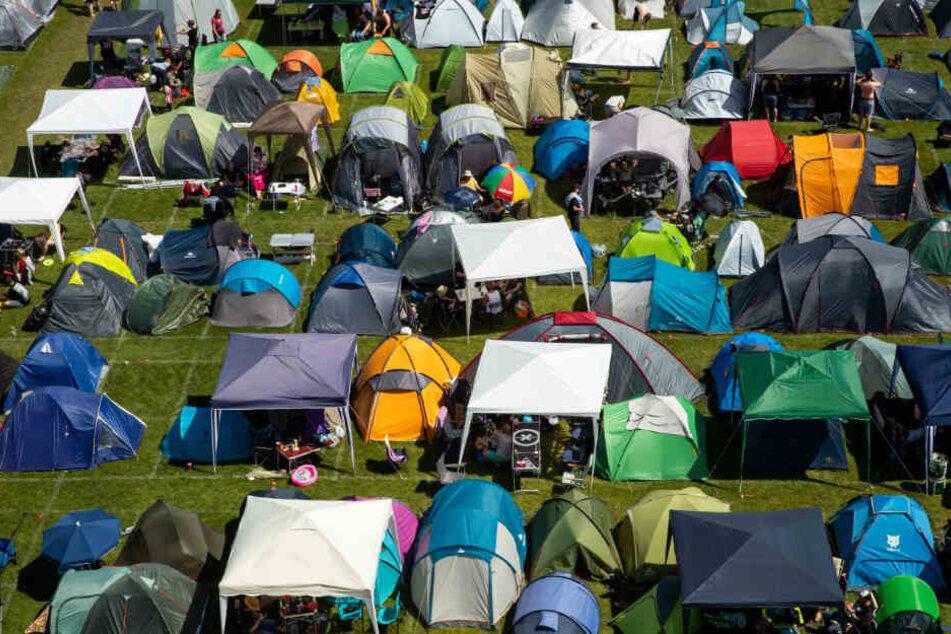 """Zelte stehen auf einem Campingplatz beim Open-Air-Festival """"Rock im Park""""."""