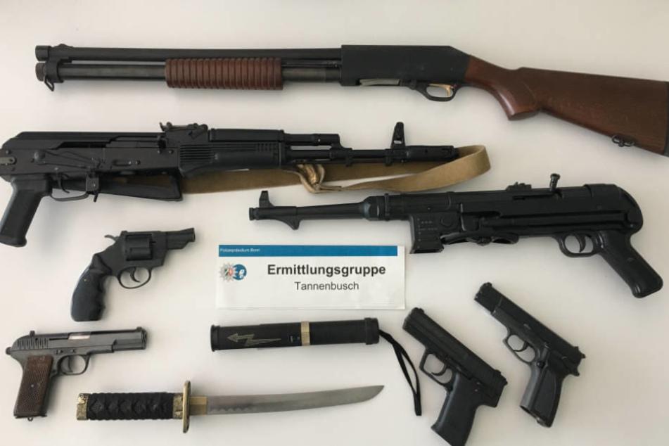Bei einem 32-jährigen Tatverdächtigen fand die Polizei dieses Waffenarsenal.