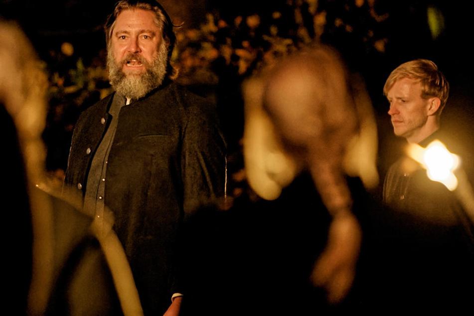 Bei der Trauerfeier für Tochter Sonnhild lässt Volkmar Böttger (Nicki von Tempelhoff) im Fackelschein die Maske fallen.